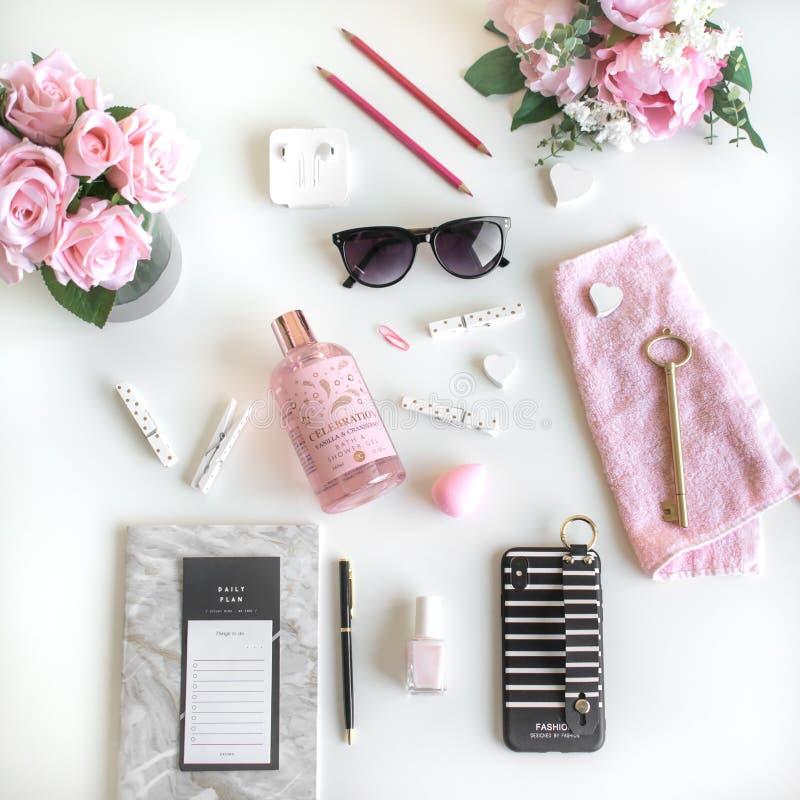 L'appartement Girly s'étendent avec différents accessoires Rose, rose, blanc, noir image libre de droits