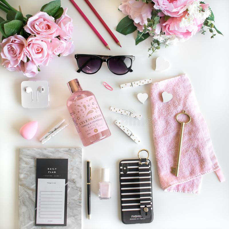 L'appartement Girly s'?tendent avec diff?rents accessoires Rose, rose, blanc, noir images stock