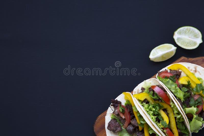 L'appartement mexicain de tacos de rue étendent la composition avec du boeuf et des légumes image libre de droits