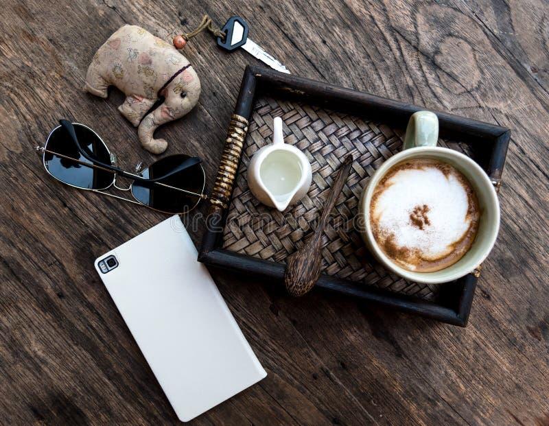 L'appartement présentent la photographie de la table en bois au café photos libres de droits