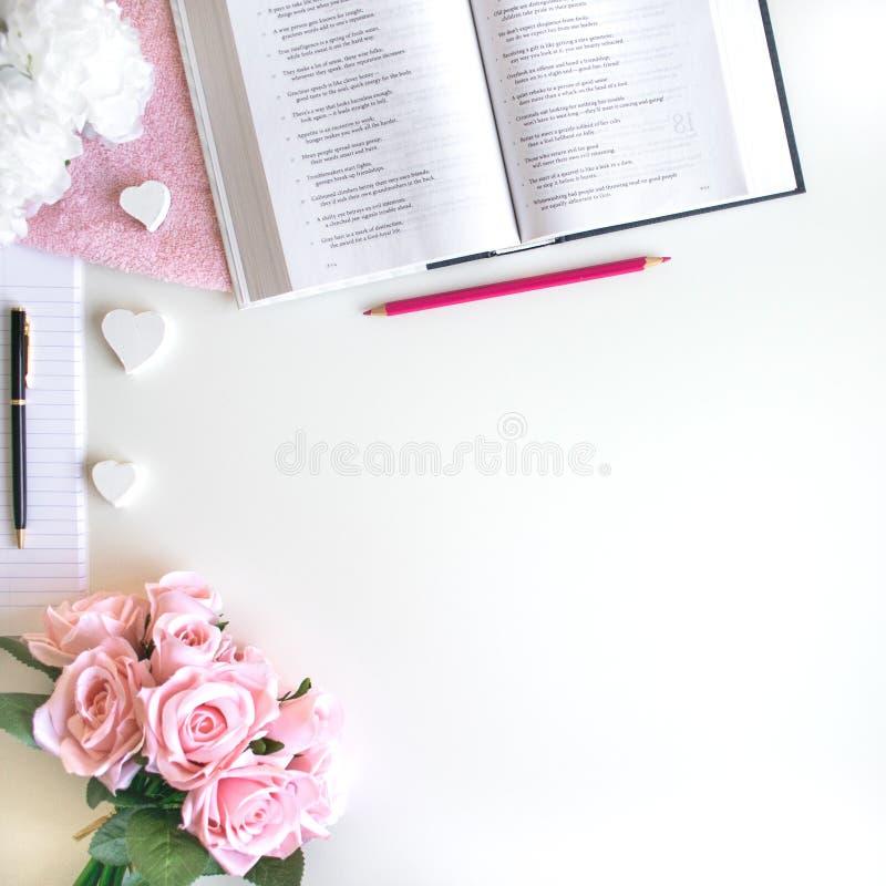 l'appartement s'?tendent avec diff?rents accessoires ; bouquet de fleur, roses roses, livre ouvert, bible photographie stock libre de droits