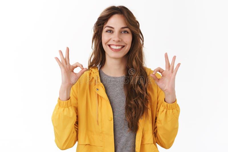 L'appli parfait recommandent La belle exposition caucasienne satisfaite de la fille 25s approuvent correct l'excellent geste sour photos libres de droits
