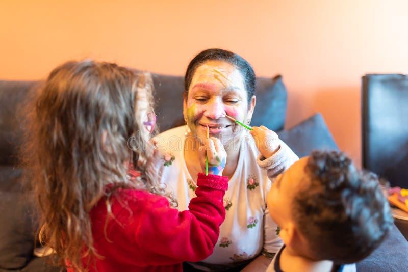 L'application d'enfants composent à la grand-mère photos libres de droits