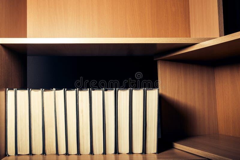 L'apprendimento è leggero Uno scaffale con molti libri immagine stock libera da diritti