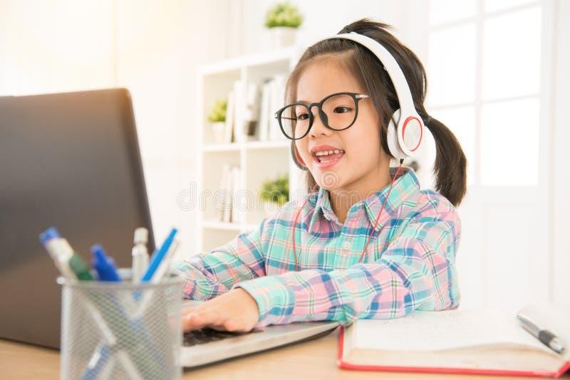 L'apprentissage en ligne donnent aux enfants préscolaires l'étude parfaite image stock