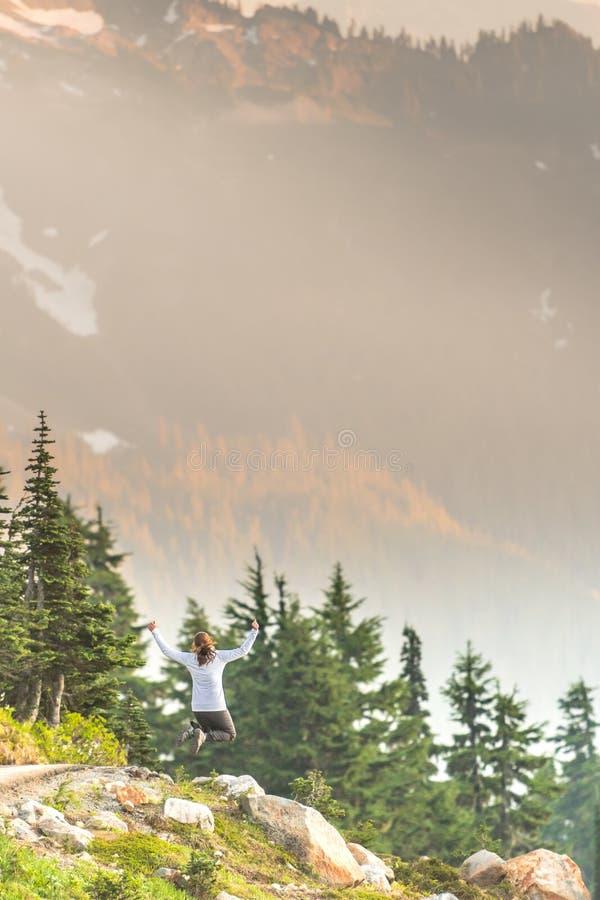 L'après-midi lumineux Sun brille sur le saut de femme photo stock