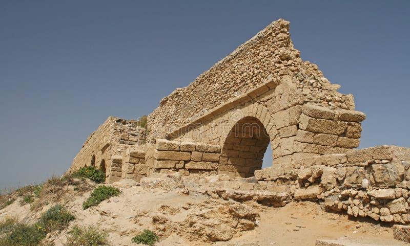 L'aquedotto in Cesarea in Palestina, sulla costa Mediterranea di è fotografia stock libera da diritti