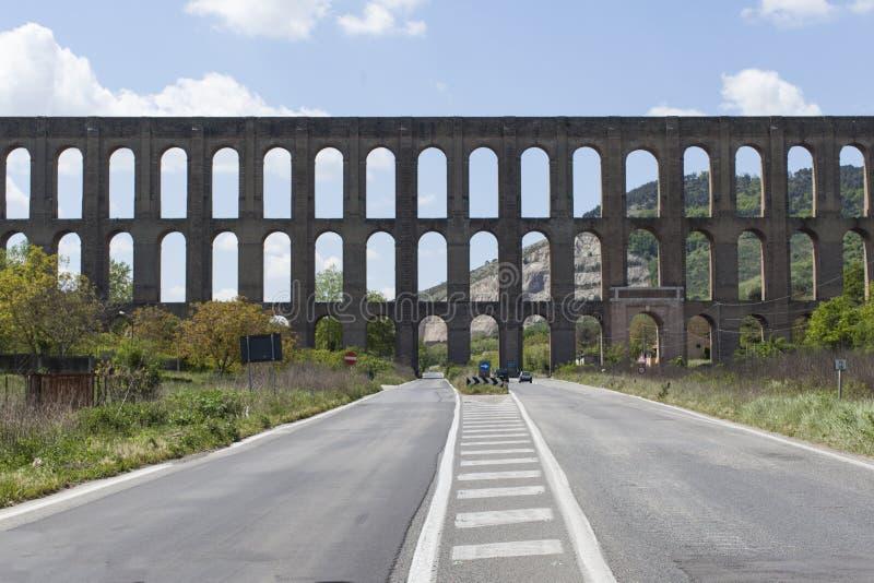 L'aqueduc de Vanvitelli ou de Caroline Aqueduct est un aqueduc construit pour fournir les Di Caserte de Reggia et le complexe de  images stock