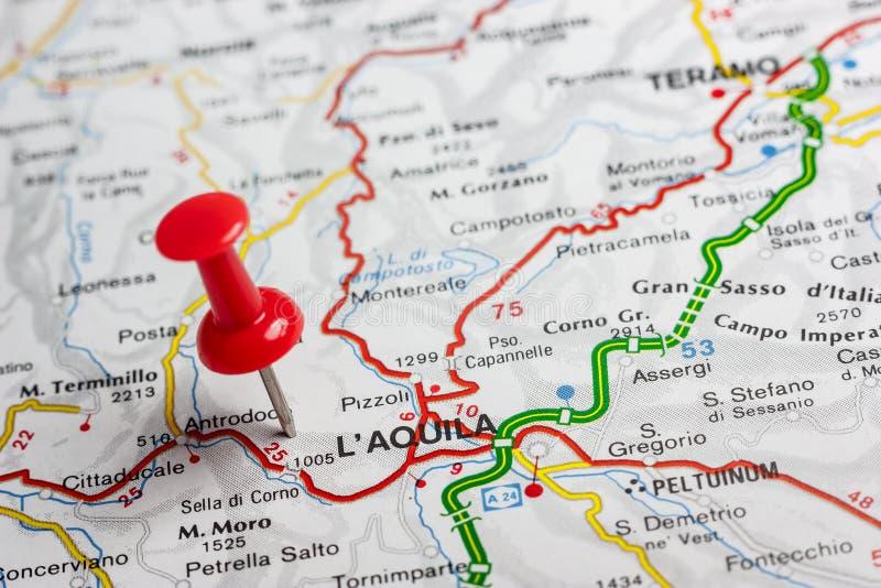L& x27; Aquila op een kaart van Italië wordt gespeld dat royalty-vrije stock afbeelding