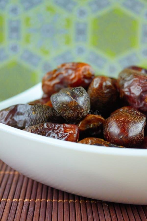 L'arabe algérien doux date des fruits d'un plat blanc images libres de droits