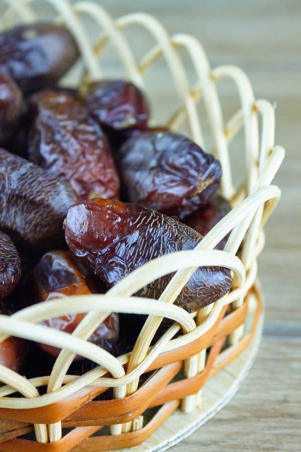 L'arabe algérien doux date des fruits sur le panier en bois photos stock