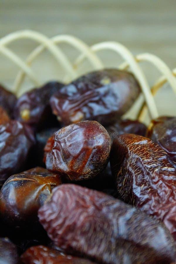 L'arabe algérien doux date des fruits sur le panier en bois images stock