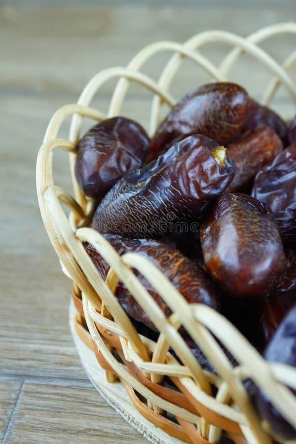 L'arabe algérien doux date des fruits sur le panier en bois photographie stock libre de droits