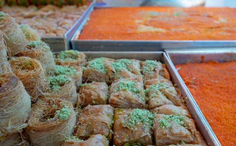 L'arabe traditionnel et kunafa turc de kadaif de dessert de pâtisserie de bonbons, baklava, avec la pistache images libres de droits
