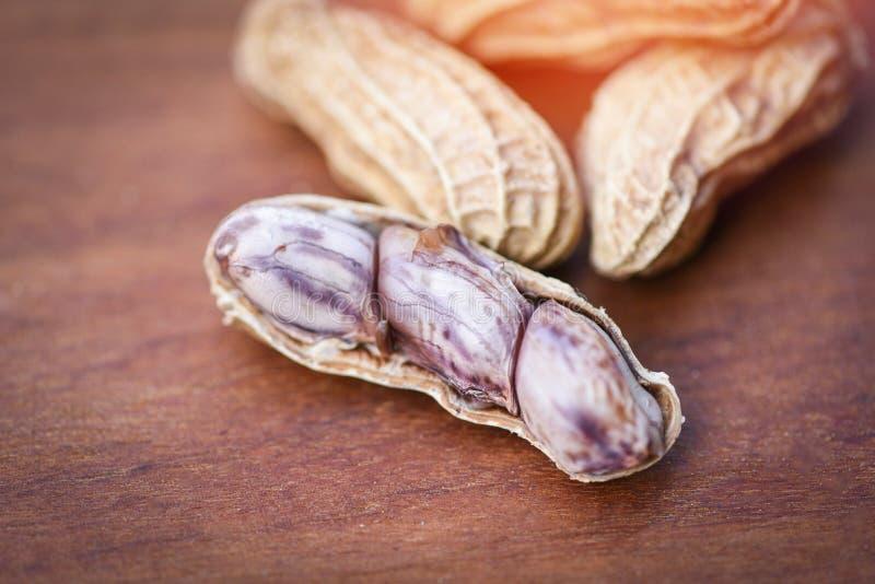 L'arachide sulle arachidi bollite fondo di legno si è sbucciata fotografia stock libera da diritti