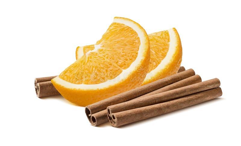 L'arancia affetta l'orizzontale dei bastoni di cannella isolata su bianco fotografie stock