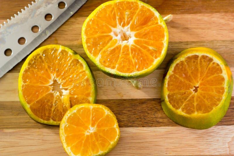 L'arancia affettata coltello fotografie stock libere da diritti