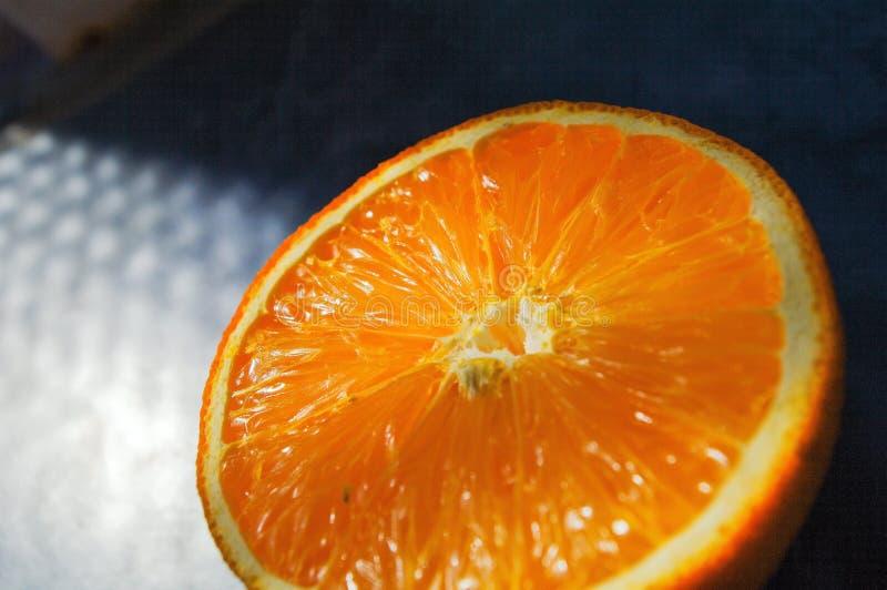 L'arancia fresca divisa in due in primo piano, arance ha tagliato a metà fotografia stock