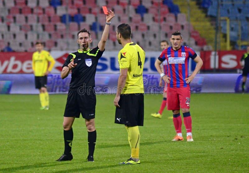 L'arbitre du football montre la carte rouge photographie stock libre de droits