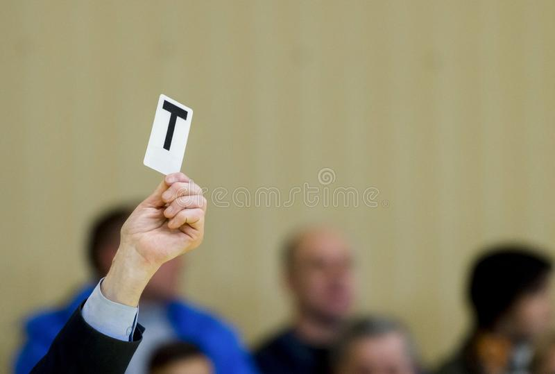 L'arbitre montre la carte pendant le match de ping-pong photo stock