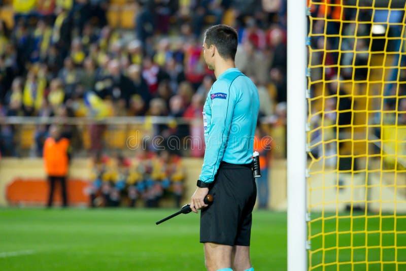 L'arbitro di aiuto della scatola alla partita di semifinale della lega di europa fra il Villarreal CF e Liverpool FC immagine stock libera da diritti