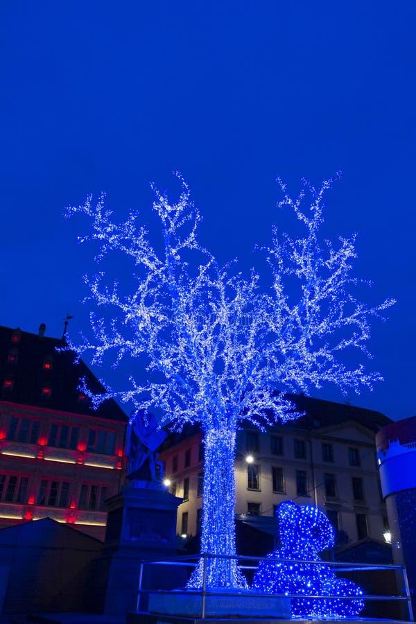 L'arbre bleu sur l'endroit Gutenberg au marché de Noël à Strasbourg photo libre de droits