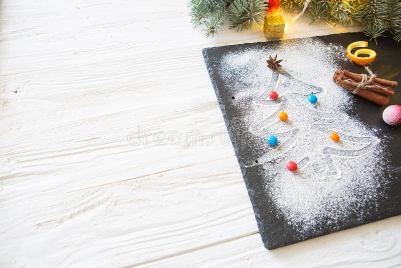 L'arbre de Noël blanc fait de farine, les sucreries colorées décorées avec l'anis se tiennent le premier rôle, peau d'orange et b images libres de droits