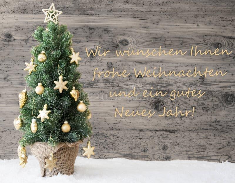 L'arbre de Noël décoré d'or, Gutes Neues signifie la bonne année photographie stock