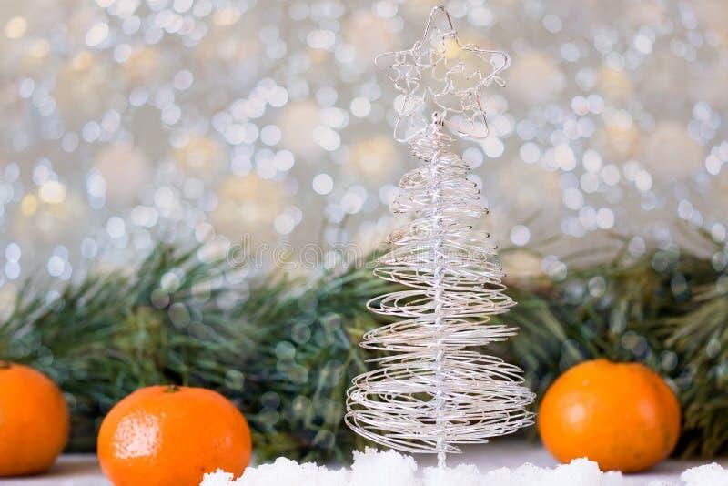 L'arbre de Noël fait de fil sur un fond de sapin s'embranche photos stock