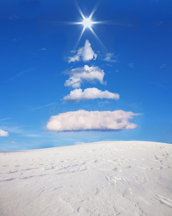 L'arbre de Noël a formé dans le ciel avec les nuages et le soleil photographie stock libre de droits