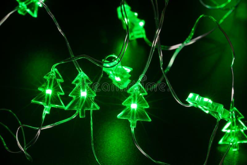 L'arbre de Noël forment la quirlande électrique de fil de LED image libre de droits