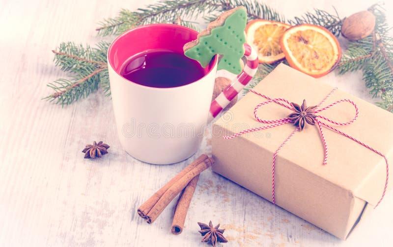 L'arbre de Noël nuts de beurre fait maison a formé le biscuit avec le glaçage, le pin, les tranches oranges, la cannelle, l'anis  photographie stock libre de droits