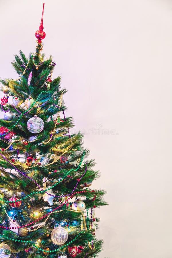 L'arbre de Noël se tient sur le fond blanc de mur photo libre de droits