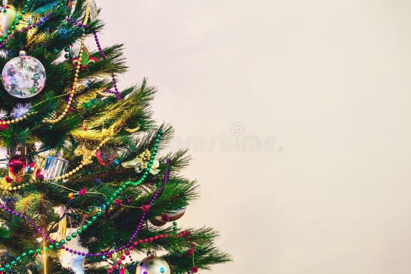 L'arbre de Noël se tient sur le fond blanc de mur images libres de droits
