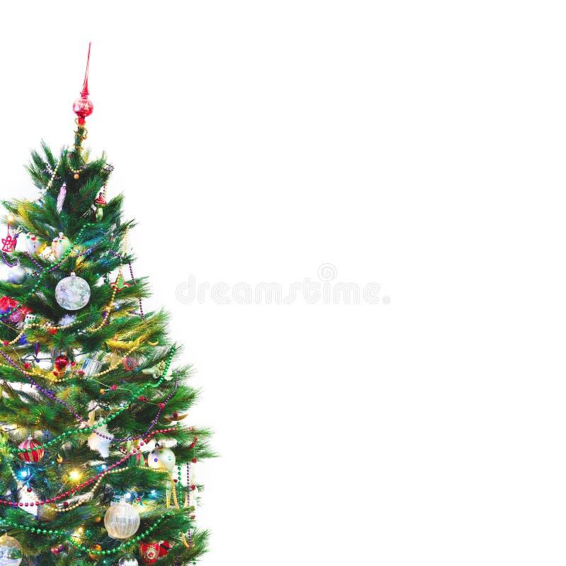 L'arbre de Noël se tient sur le fond blanc de mur images stock