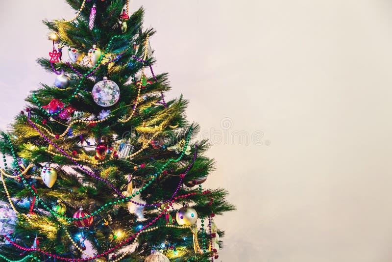 L'arbre de Noël se tient sur le fond blanc de mur photo stock