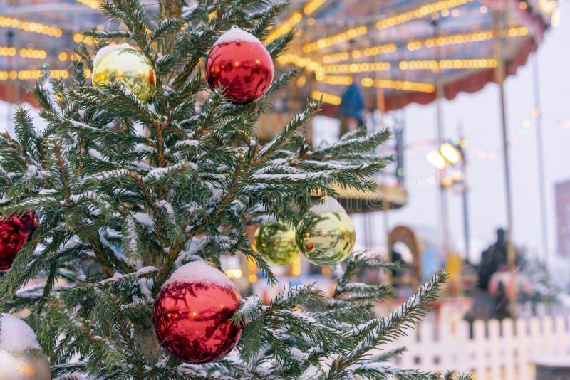 L'arbre de Noël sur la rue est décoré des jouets colorés sur le fond du carrousel photographie stock