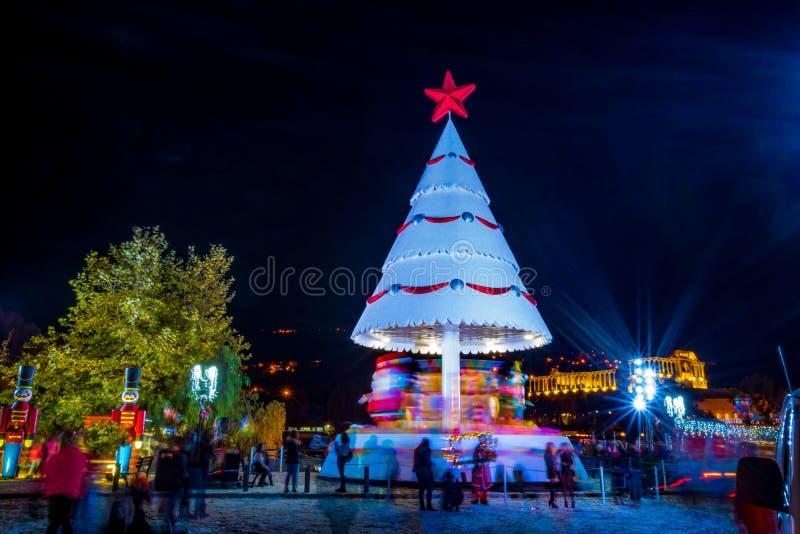 L'arbre de Noël tient le premier rôle la boule Santa de lumières la décoration que colorée part de la nuit verte images libres de droits