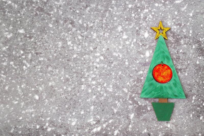 L'arbre de Noël vert en bois et signent 2018 des redletters en bois, fond concret gris Contexte 2018 de bonne année photographie stock libre de droits