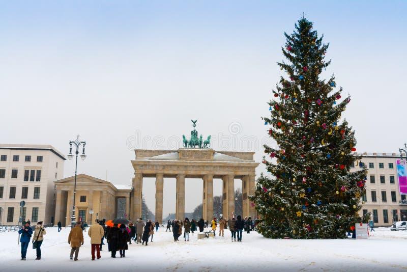 L'arbre de Porte de Brandebourg et de Noël à Berlin images libres de droits