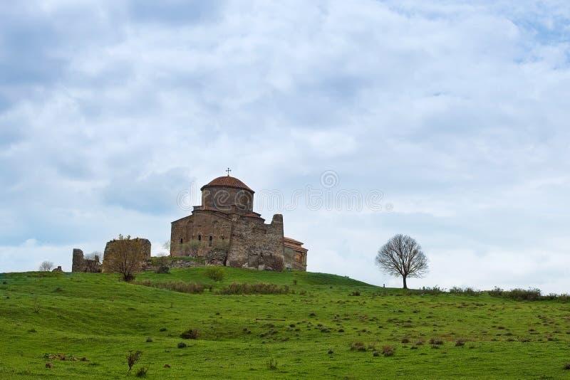 L'arbre et le monastère de Jvari dans les montagnes en Géorgie au printemps image stock