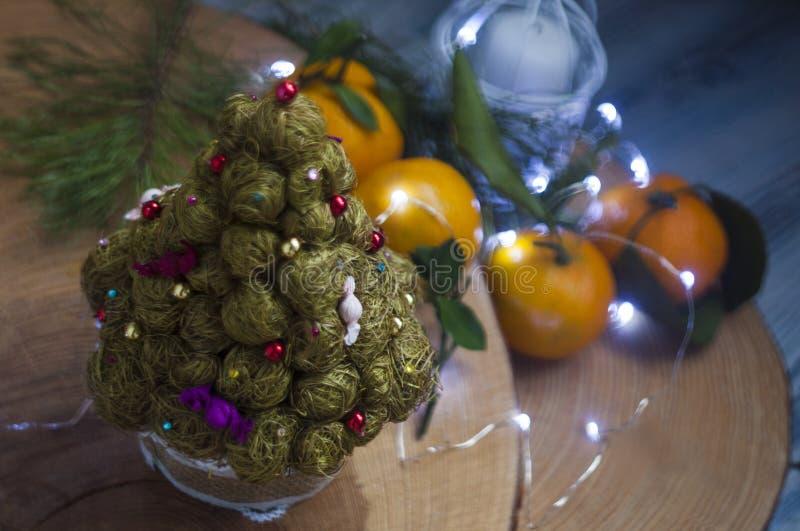 L'arbre et les mandarines de christmass photographie stock libre de droits