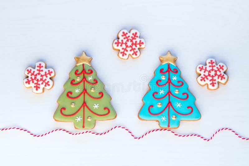 L'arbre fait maison de flocon de neige et de Noël de pain d'épice de Noël roucoulent photo libre de droits