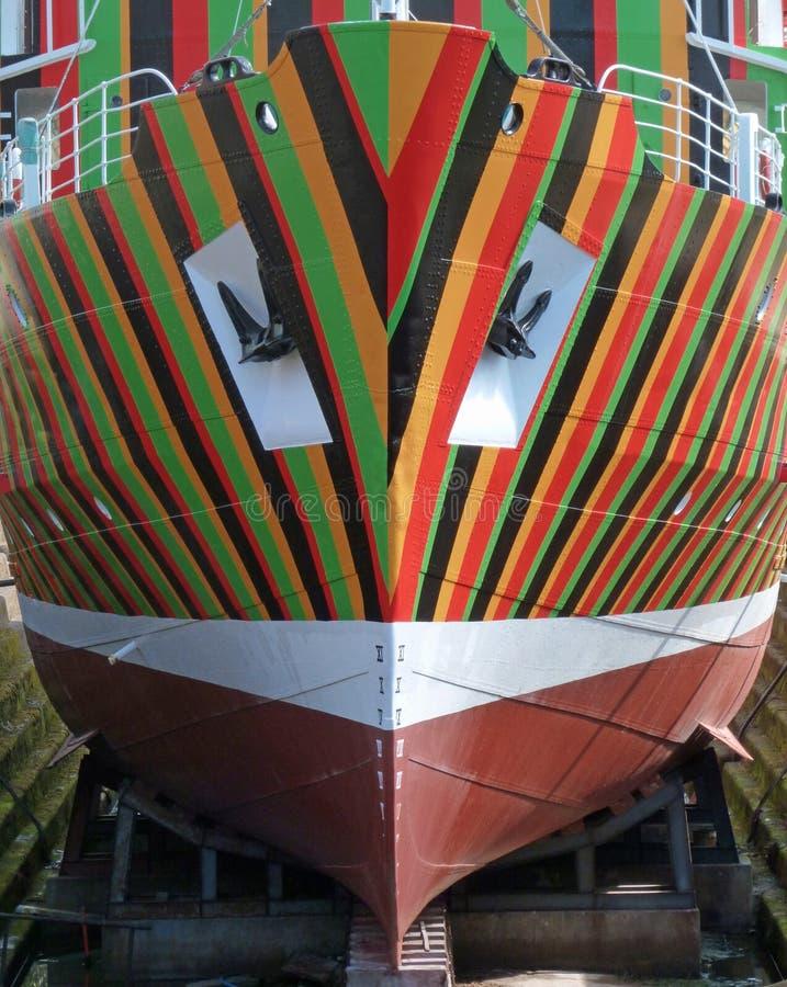 L'arc du bateau coloré multi rayé photographie stock libre de droits