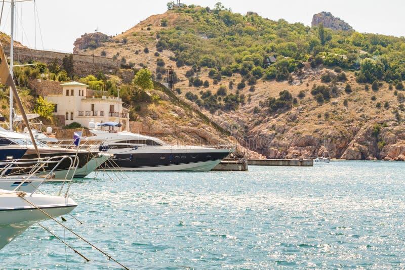 L'arc du bateau sur l'eau au pilier, le concept du voyage et des loisirs image stock