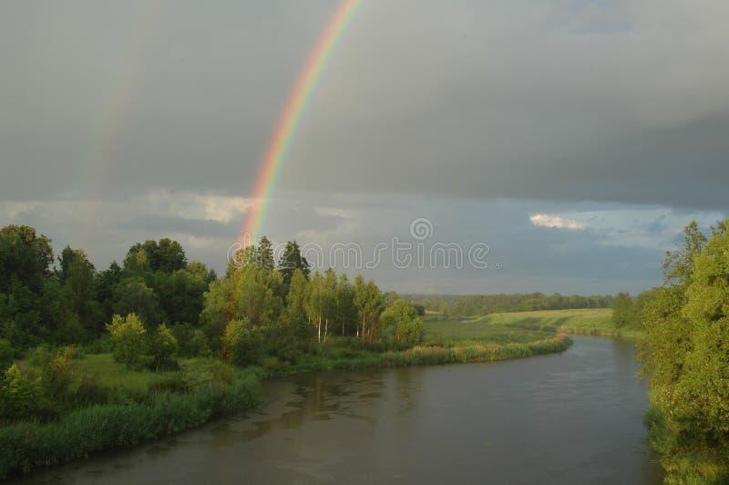 L'arc-en-ciel sur le fleuve   photographie stock libre de droits