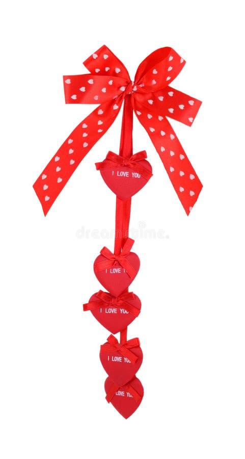 l'arc en soie de cadeau d'amour rouge de ruban a isolé photographie stock libre de droits