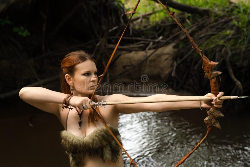 L'arcere femminile spara un arco fotografia stock