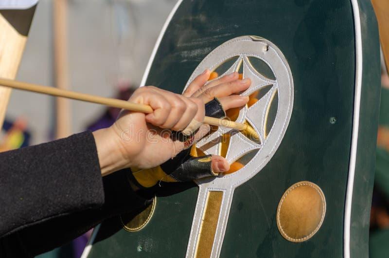 L'archer féminin prend la flèche de la cible photo stock