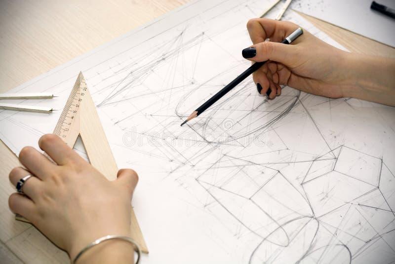 l 39 architecte de fille trace un plan la conception formes g om triques par le crayon sur la. Black Bedroom Furniture Sets. Home Design Ideas